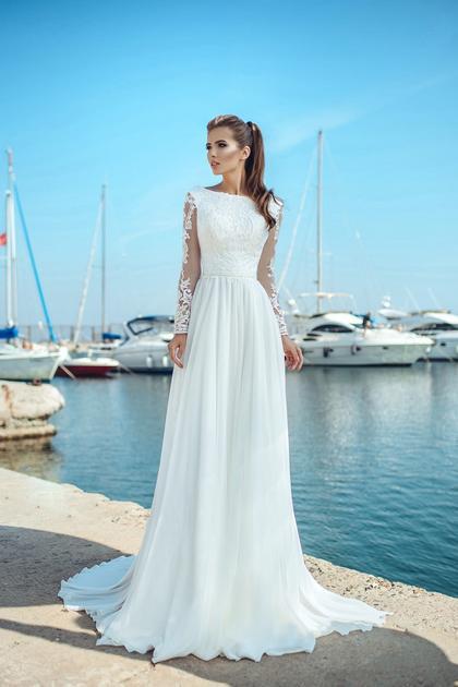Новобрачная в прямом платье на свадьбу