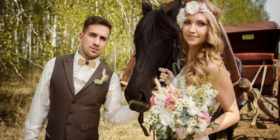 Повозка с лошадьми актуальный транспорт на сельскую свадьбу