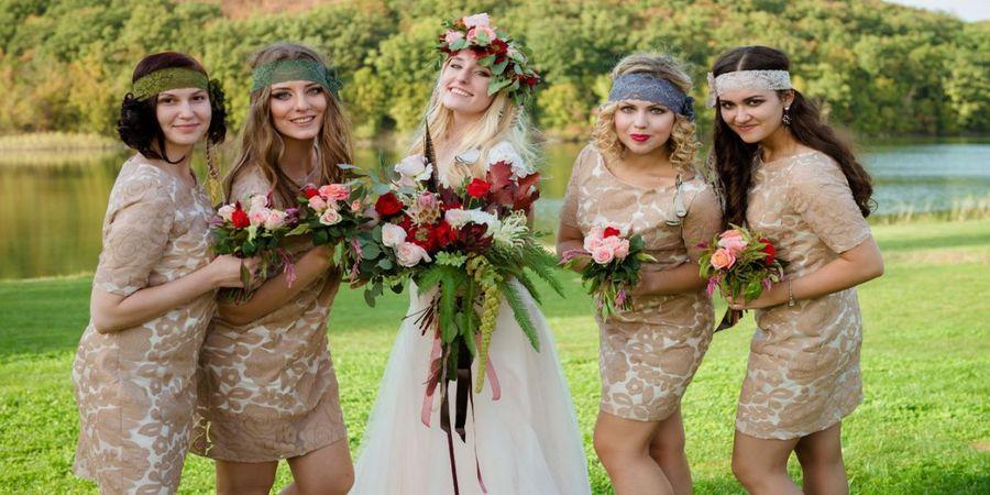Подружки невесты в ярких платьицах