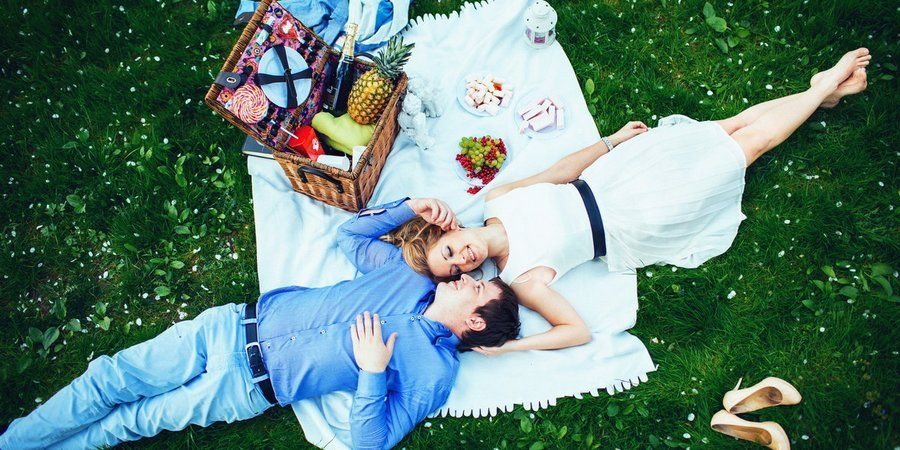 Пикничок летом перед свадьбой
