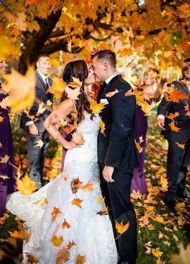 Красивое свадебное торжество осенью