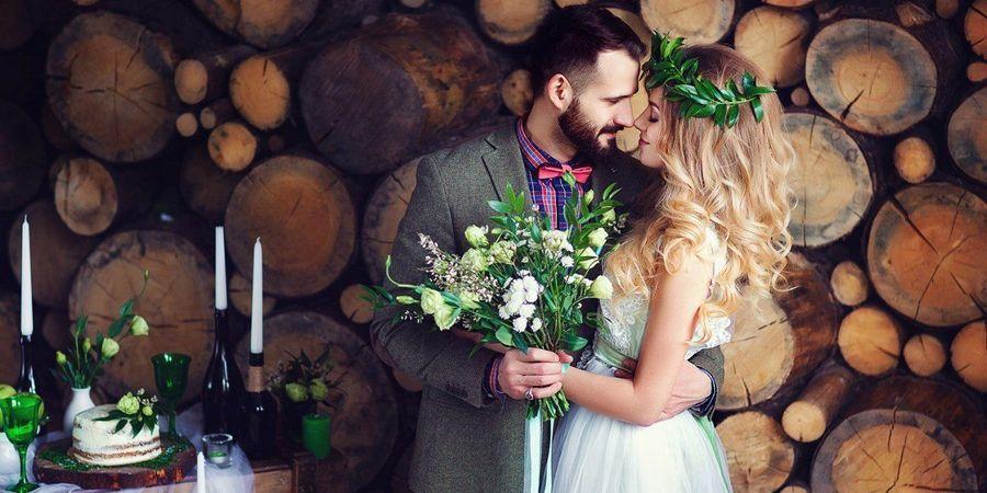 Молодая пара на свадьбе рустик