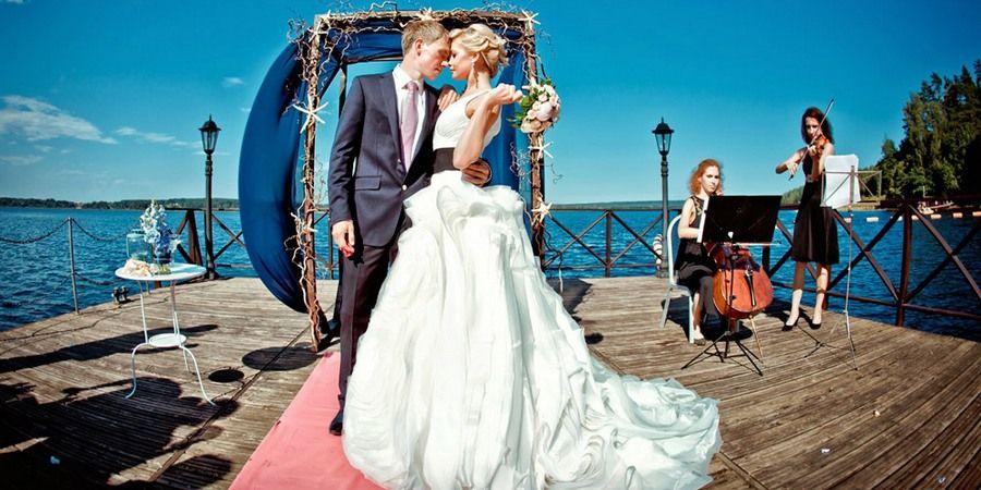 Морскую свадьбу актуально отметить на теплоходе
