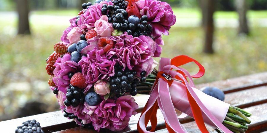 Отличное решение дополнить ягодами цветочную композицию