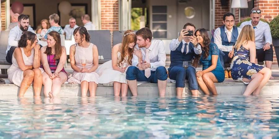 Оригинальная идея справить свадьбу в бассейне