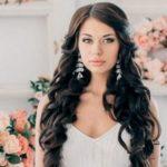 Модные варианты свадебных причесок 2020 из распущенных волос