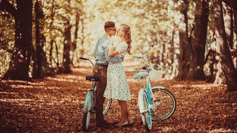 Активные пары катаются на велосипеде