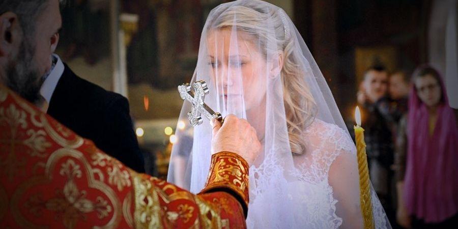 Поцелуй креста очень важная часть обряда