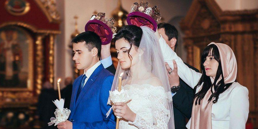 Дружки держат венцы над головами супругов