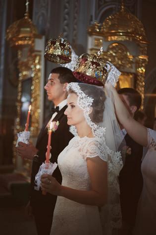 Пара на венчании в храме