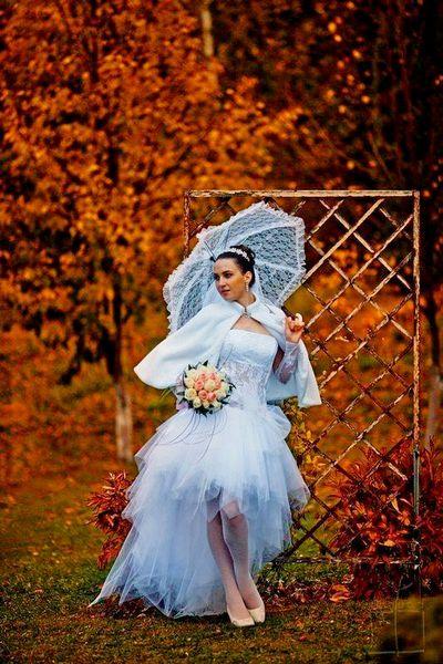Красивая невеста в осенний период