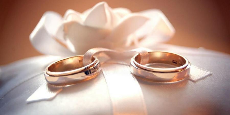 Золотые одинаковые кольца всегда в моде