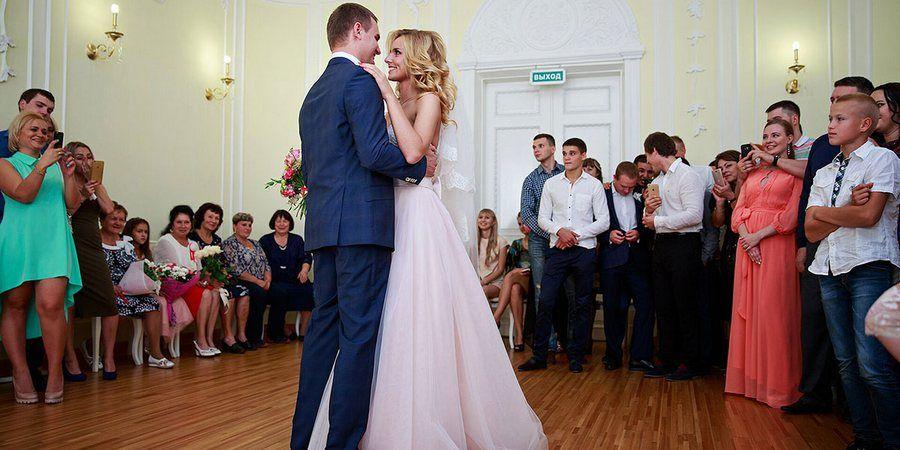 Супруги танцуют в зале бракосочетания