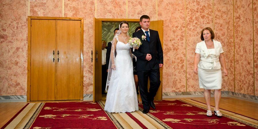 Муж и жена выходят первыми