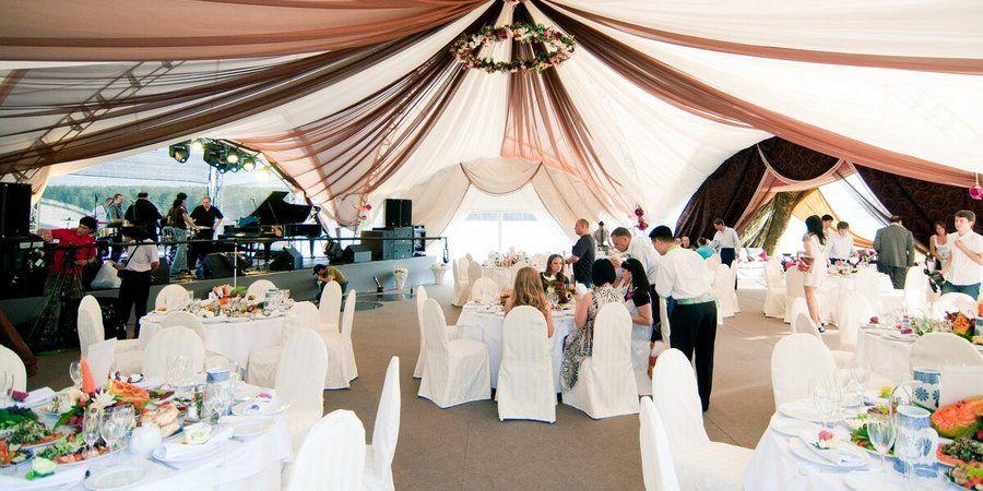 Для свадьбы на свежем воздухе не забудьте приготовить мобильные шатры