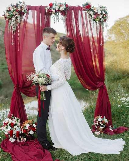 Пара на выездной регистрации брака