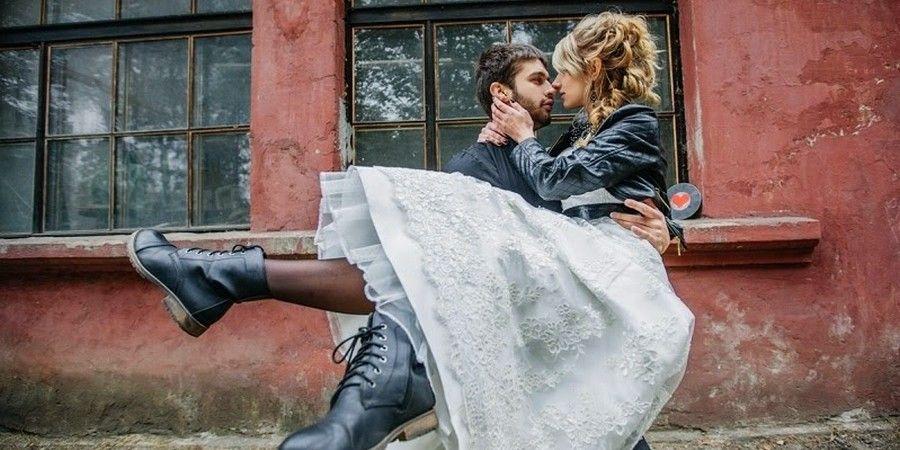 На празднование супруги надевают кожаные вещи