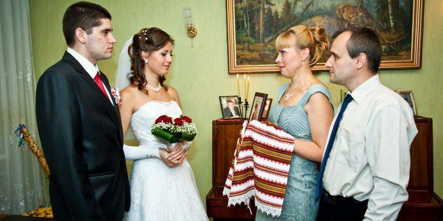 Родители благословляют молодых перед свадьбой