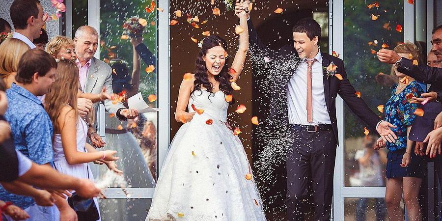 Жениха и невесту часто осыпают лепестками роз