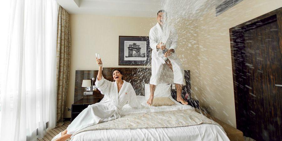 Иногда новобрачные вместе проводят сборы в отеле