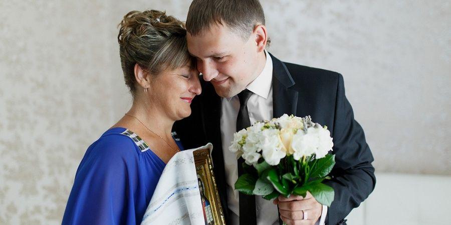 Свадебное фото жениха с матерью