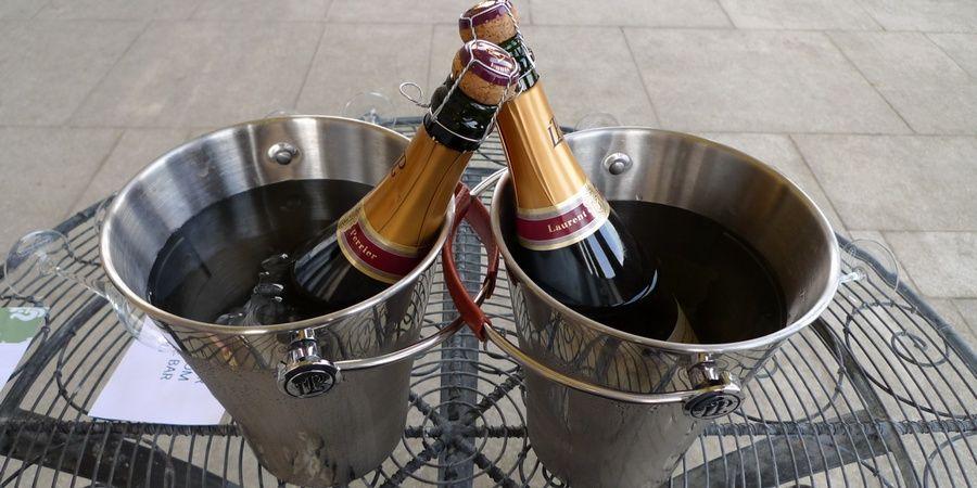 Преподнесите в виде подарка шампанское в жестяной таре
