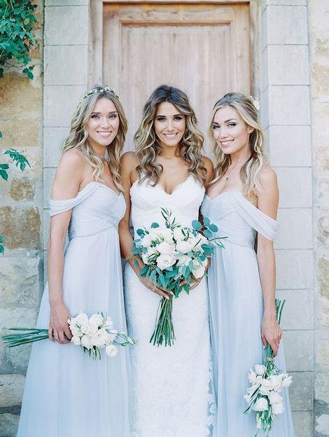 Для девушек есть масса нарядов на летнюю свадьбу