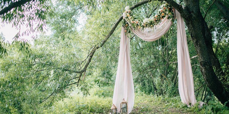 Свадебные арки чаще всего используют на выездной церемонии