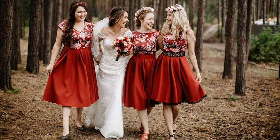 Подружки невесты часто надевают одинаковые платьица