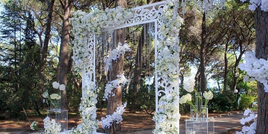 Украсьте свадебную арку стеклянными капельками и бусинками