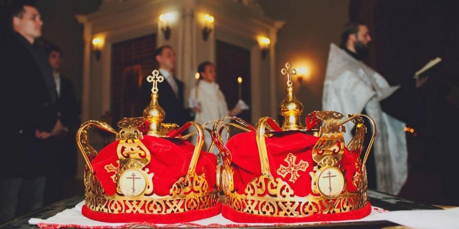 Многие религиозные пары совмещают роспись с венчанием в церкви