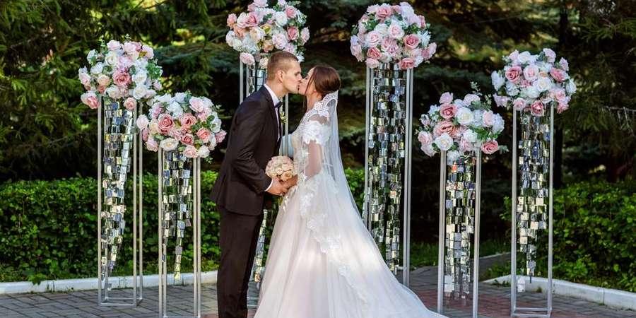 Жених и невеста на выездной церемонии брака