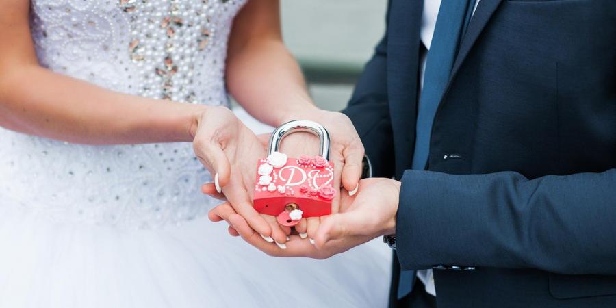Повесьте в день свадьбы замочек